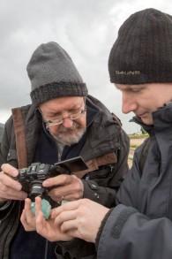 Des chercheurs du monde entier sont venus voir de leurs propres yeux les fours découverts en Israël. Le professeur Ian Freestone, de Londres, est à gauche de l'image. (Crédit : Shmuel Magal, autorisation de l'Autorité israélienne des Antiquités)