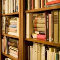 Etagères remplies de livres. Illustration. (Crédit : CC BY 2.0 Stewart Butterfield/Wikipedia)