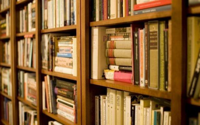 Etagères remplis de livres. Illustration. (Crédit : CC BY 2.0 Stewart Butterfield/Wikipedia)
