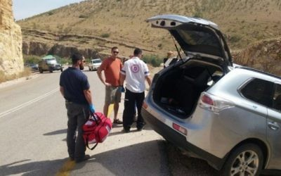 Les services d'urgence autour d'une voiture après un accident dans la vallée du Jourdain, le 24 avril 2016. Illustration. (Crédit : Magen David Adom)
