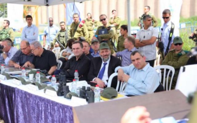 De gauche à droite - Moshe Yaalon, Benjamin Netanyahu, Gilad Erdan, Yisrael Katz, Aryeh Deri et Zeev Elkin, le 6 avril 2016 (Crédit : autorisation)