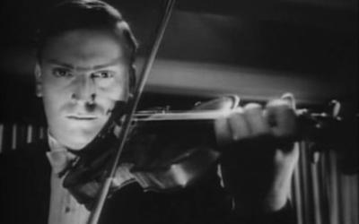 """Yehudi Menuhin dans le film """"Stage Door Canteen"""", en 1943. (Crédit : capture d'écran/domaine public, via WikiCommons)"""