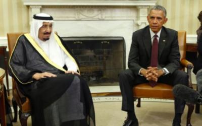 Barack Obama, alors président américain, avec le roi Salmane d'Arabie saoudite dans le Bureau ovale à la Maison Blanche à Washington, D.C., le 4 septembre 2015. (Crédit : Yuri Gripas/AFP)