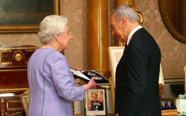 L'ancien président Shimon Peres et la reine Elizabeth II d'Angleterre en 2008. (Crédit : AP via Centre Peres pour la Paix)