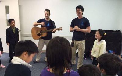 L'équipe israélo-japonaise d'IsraAId aide les enfants à gérer leur stress après le séisme dévastateur et ses nombreuses répliques sur l'île de Kyushu, à Kumamoto, au Japon, en avril 2016. (Crédit : autorisation IsraAID)