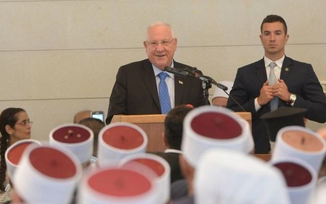 Le président Reuven Rivlin pendant la fête druze de Ziyarat al-Nabi Shuayb , près de Kfar Zeitim, dans le nord d'Israël, et la députée du Likud Anat Berko (à gauche), le 25 avril 2016. (Crédit : Mark Neiman / GPO)