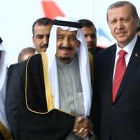 Le président turc Recep Tayyip Erdogan (à droite) accueille le roi saoudien Salmane bin Abdulaziz Al Saud à son arrivée à l'aéroport Esenboga d'Ankara, le 11 avril 2016. (Crédit : AFP PHOTO / ADEM ALTAN)