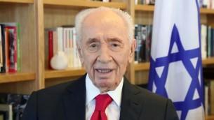 Shimon Peres, ancien président, souhaite un bon 90e anniversaire à la reine Elizabeth II d'Angleterre, le 21 avril 2016. (Crédit : capture d'écran)