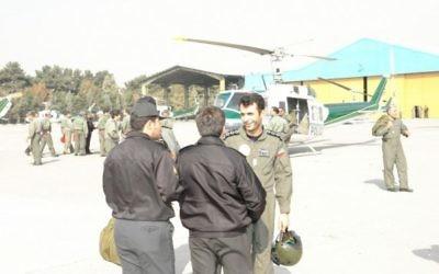 Photo non datée du major Ahmad-Reza Khosravi (à droite), ancien pilote de l'unité d'hélicoptères des services de sécurité iraniens. (Crédit : autorisation)
