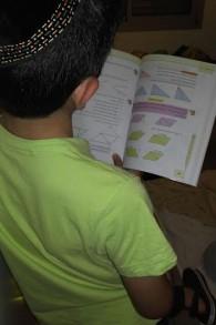 Le petit Eli en train d'étudier (Crédit : autorisation)