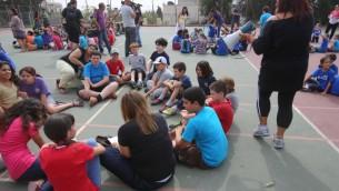 Des élèves israéliens participent à un exercice contre les tremblements de terre dans leur école de Jérusalem, le 21 octobre 2012. (Crédit : Oren Nahshon/Flash90)