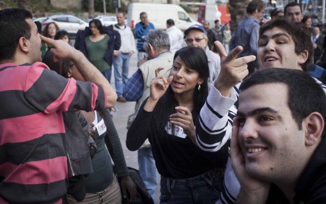 Plusieurs organisations représentant des sourds et malentendants en Israël en train de manifester le 30 décembre 2012 à Tel Aviv (Crédit : Tali Mayer / Flash90)