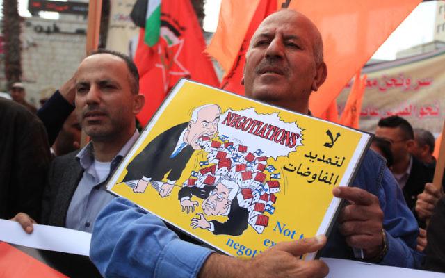 Les partisans du Front démocratique pour la libération de la Palestine (FDLP) chantent des slogans durant une manifestation contre les négociations israélo-palestiniennes, dans la ville de Cisjordanie de Ramallah, le 19 mars 2014. (Crédit photo : Issam Rimawi/Flash 90)