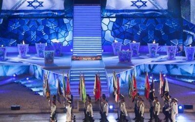 Répétition finale pour la 65ème cérémonie du Jour de l'Indépendance (Yom HaAtsmaout), avec les torches allumées en arrière-plan, au mont Herzl, à Jérusalem, le 11 avril 2013. (Crédit : Yonatan Sindel/Flash 90)
