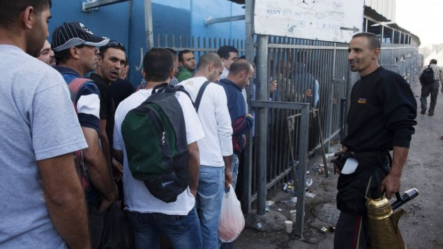 Des travailleurs palestiniens attendent pour passer un checkpoint à Bethléem, le 2 juin 2013. (Crédit photo : Neal Badache/Flash90)