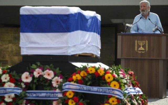 Zeev 'Zambish' Hever pendant l'éloge funèbre du Premier ministre Ariel Sharon à la Knesset, à Jérusalem, le 13 janvier 2014. (Crédit : Hadas Parush/Flash90)