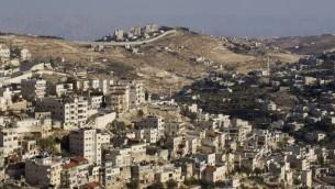 La barrière de sécurité vue derrière le quartier de Jérusalem Est de Ras al-Amud, en octobre 2014. (Crédit : Miriam Alster/Flash90)