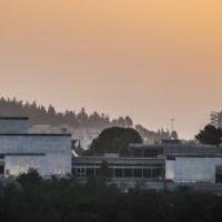 Coucher de soleil sur le musée d'Israël, à Jérusalem, le 27 avril 2015. (Crédit : Hadas Parush/Flash90)