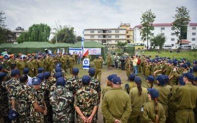 Les soldats israéliens établissent un hôpital de campagne avec l'armée népalaise, au Népal, à la suite du tremblement de terre meurtrier, le 29 avril 2015. (Crédit : unité des porte-paroles de l'armée israélienne)