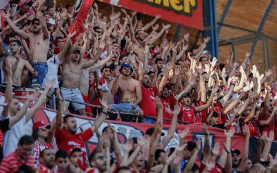 Les supporters de l'Hapoel Beer Sheva au stade Teddy de Jérusalem, le 29 avril 2015. (Crédit : Yonatan Sindel/Flash90)