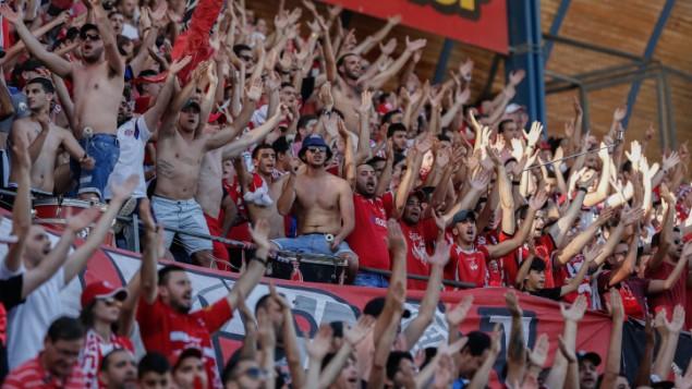 Les supporters de l'Hapoel Beer Sheva au Teddy Stadium de Jérusalem, le 29 avril 2015. (Crédit : Yonatan Sindel/Flash90)