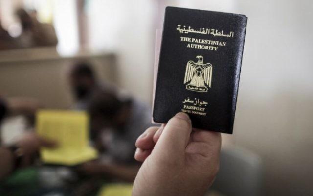 Un Palestinien tend son passeport de l'Autorité palestinienne au poste-frontière de Rafah, le 12 juin 2015. Illustration. (Crédit : Aaed Tayeh/Flash90)
