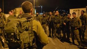 Des soldats israéliens de la brigade Givati se préparent à une mission nocturne dans la ville de Naplouse, en Cisjordanie, le 7 octobre 2015.  (Crédit : unité des portes-paroles de l'armée israélienne/Flash90)