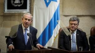 Le Premier ministre Benjamin Netanyahu pendant une session plénière de la Knesset en l'honneur de la visite du président ukrainien Petro Poroshenko (à droite) à Jérusalem, le 23 décembre 2015. (Crédit : Flash90/Hadas Parush)