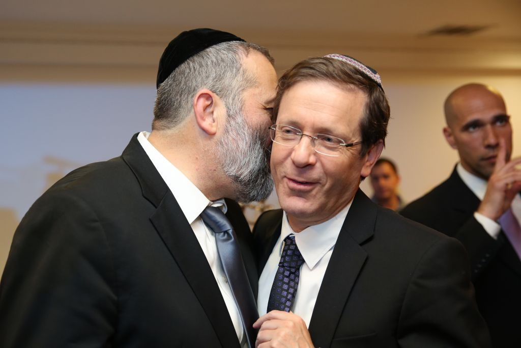 Aryeh Deri, à gauche, avec Isaac Herzog lors d'une fête à Jérusalem le 23 décembre 2015 (Crédit : Yaakov Cohen / FLASH90)