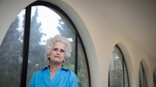 La juriste israélienne Ruth Gavison à l'université hébraïque de Jérusalem, le 22 février 2016. (Crédit : Nati Shohat/Flash90)