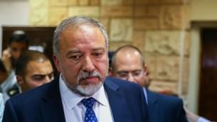 Le député Avigdor Liberman, président du parti Yisrael Beytenu, arrive à la cour militaire pour soutenir Elor Azaria, un soldat israélien accusé d'avoir tué un assaillant palestinien blessé à Hébron, le 29 mars 2016. (Crédit : Flash90)