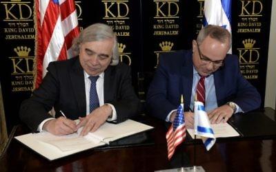 Le secrétaire à l'Energie des Etats-Unis Ernest Moriz (à gauche) et Yuval Steinitz, le ministre des Infrastructures nationales, de l'Energie et des Ressources en eau d'Israël pendant la signature d'un accord étendant la coopération énergétique entre les deux pays, à l'hôtel King David de Jérusalem, le 4 avril 2016. (Crédit : Matty Stern/ambassade américaine à Tel Aviv)