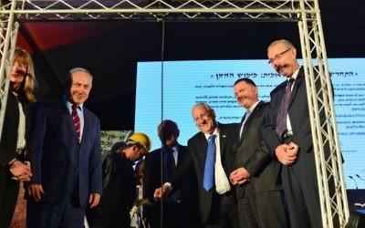 Le Premier ministre Benjamin Netanyahu (deuxième à gauche) et d'autres officiels, dont le président Reuven Rivlin (troisième à droite) pendant la cérémonie de pose de la pierre inaugurale pour la nouvelle bibliothèque nationale à Jérusalem, le 5 avril 2016. (Crédit : Kobi Gideon / GPO)