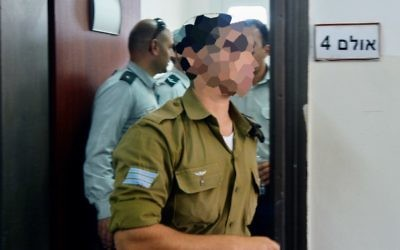 Un soldat israélien accusé d'avoir tué un terroriste palestinien à Hébron, pendant une audition devant la cour, à Jaffa, le 7 avril 2016. (Crédit : Flash90)