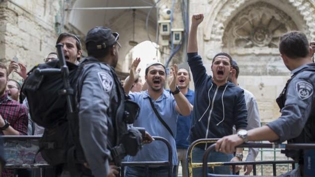La police empêche des militants juifs de droite d'entrer au mont du Temple, dans la Vieille Ville de Jérusalem, le 10 avril 2016. (Crédit : Corina Kern/Flash90)