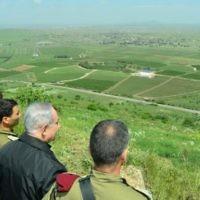 Le Premier ministre Benjamin Netanyahu pendant une patrouille de sécurité sur le plateau du Golan, près de la frontière d'Israël avec la Syrie, le 11 avril 2016. (Crédit : Kobi Gideon/GPO)