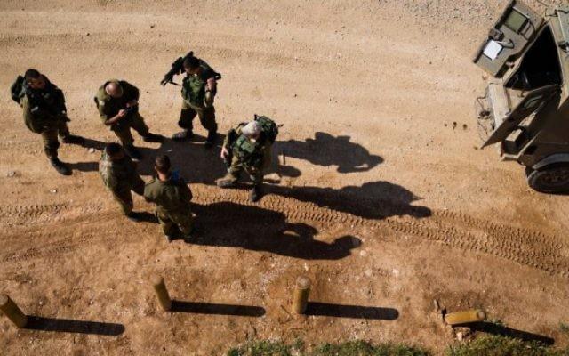 Des soldats israéliens en patrouille juste devant le centre de la bande de Gaza, le 13 avril 2016. (Crédit : Corinna Kern/Flash90)