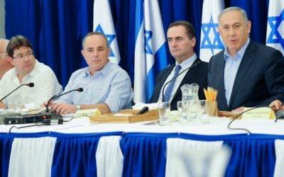 Le Premier ministre Benjamin Netanyahu pendant la réunion hebdomadaire du cabinet, sur le plateau du Golan, le 17 avril 2016. (Crédit : Meir Vaknin/POOL)