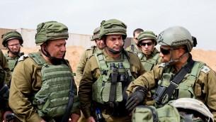 """Le chef d'Etat-major israélien Gadi Eizenkot, à gauche, et le directeur du commandement de la région Sud, le général Eyal Zamir, au centre, inspectent le """"tunnel terroriste"""" récemment découvert, qui aurait été creusé par le Hamas depuis la bande de Gaza jusque dans le sud d'Israël, le 18 avril 2016. (Crédit : unité des portes-paroles de l'armée israélienne/FLASH90)"""