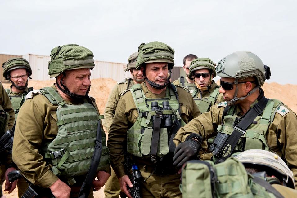 """Gadi Eizenkot, à gauche, chef d'état-major, et le directeur du Commandement de la région Sud, le général Eyal Zamir, au centre, inspectent le """"tunnel terroriste"""" creusé par le Hamas depuis la bande de Gaza jusque dans le sud d'Israël, le 18 avril 2016. (Crédit : unité des portes-paroles de l'armée israélienne/Flash90)"""