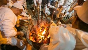 Des prêtres samaritains font des sacrifices à la veille de la Pâque sur le mont Garizim, dans la ville de Naplouse en Cisjordanie, le 20 avril 2016. (Crédit : Yaniv Nadav / Flash90)