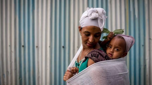 Une membre de la communauté juive éthiopienne des Falashmura devant la synagogue de Gondar, en Ethiopie, le 22 avril 2016. (Crédit : Miriam Alster/Flash90)