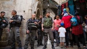 La police israélienne devant une entrée vers la mosquée Al-Aqsa et le mont du Temple dans la Vieille Ville de Jérusalem, pendant Pessah, le 24 avril 2016. (Crédit : Corinna Kern/Flash90)