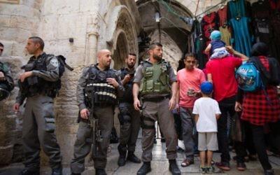La police israélienne devant un accès à la mosquée Al-Aqsa et le mont du Temple dans la Vieille Ville de Jérusalem, pendant Pessah, le 24 avril 2016. (Crédit : Corinna Kern/Flash90)