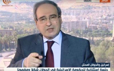 Faisal Mekdad, vice-ministre syrien des Affaires étrangères, sur la chaîne de télévision libanaise al-Mayadeen, le 17 avril 2016. (Crédit : capture d'écran)