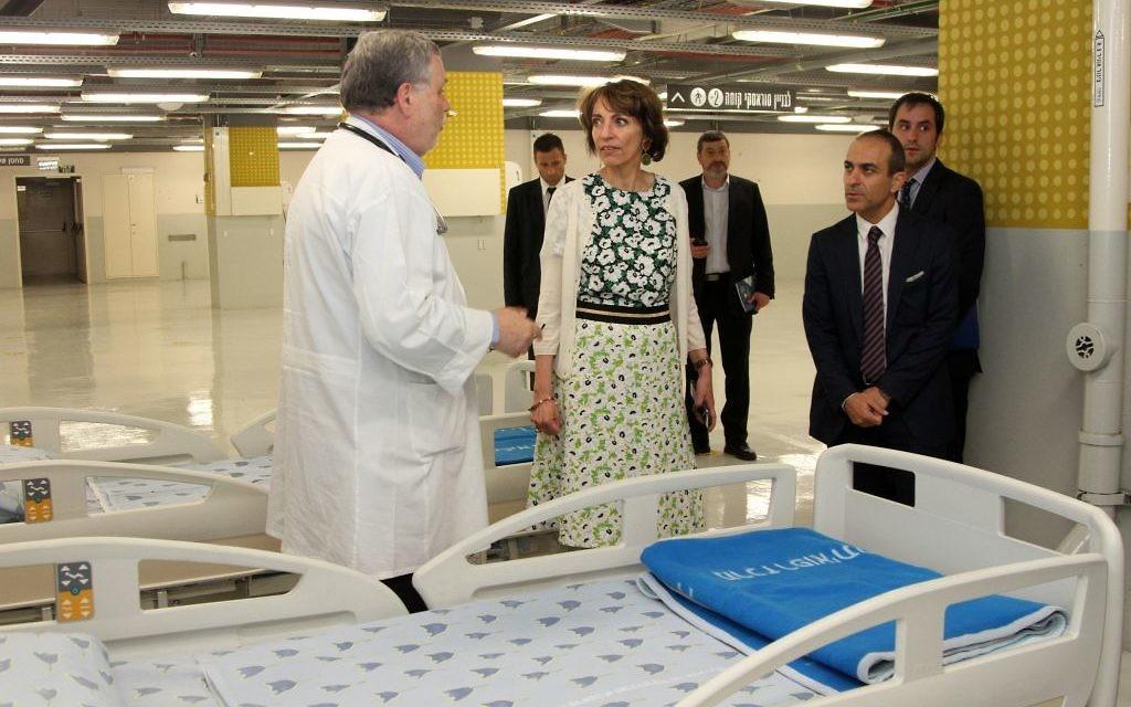 La ministre française de la Santé et des Affaires sociales, Marisol Touraine en visite des installations d'urgence de l'hôpital Ichilov à Tel Aviv, le 31 mars 2016. (Crédit : Ambassade de France en Israël / Marine Crouzet)