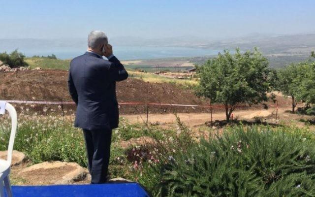Le Premier ministre Benjamin Netanyahu au téléphone pendant une réunion hebdomadaire du cabinet sur le plateau du Golan, le 17 avril 2016. (Crédit : Moav Vardi)