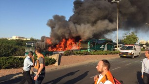 Deux bus en feu à Jérusalem, le 18 avril 2016. (Crédit : porte-parole de la police israélienne)