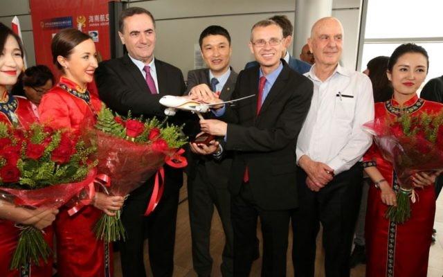 Yisrael Katz, ministre des Transports, Xia Haoming, PDG de la compagnie aérienne Hainan, Yariv Levin, ministre du Tourisme et Matan Vilnai, l'ambassadeur chinois en Israël (Crédit : Chen Galili)