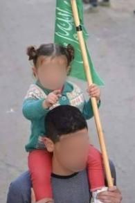 Photo non datée de l'homme identifiée par le Hamas comme Abed al-Hamid Abu Srour, 19 ans, terroriste responsable de l'explosion du bus 12 à Jérusalem le 18 avril, avec un drapeau du Hamas pendant un rassemblement. Il est décédé de ses blessures le 20 avril 2016. (Crédit : autorisation)